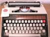 Vanha kirjoituskone kantolaukulla